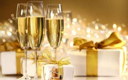 Блондинка, записывая видео, получила в лицо пробкой от шампанского
