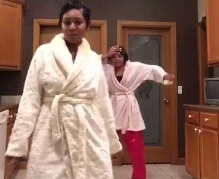 Зажигательный танец в халатах прославил темнокожую семью на весь мир. ВИДЕО