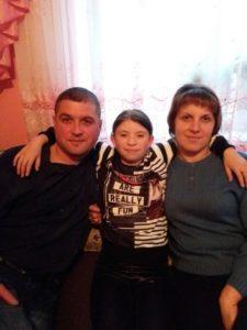 Сім'я, яка взяла дитину з сиротинця на Різдво, всиновлює її (фото)