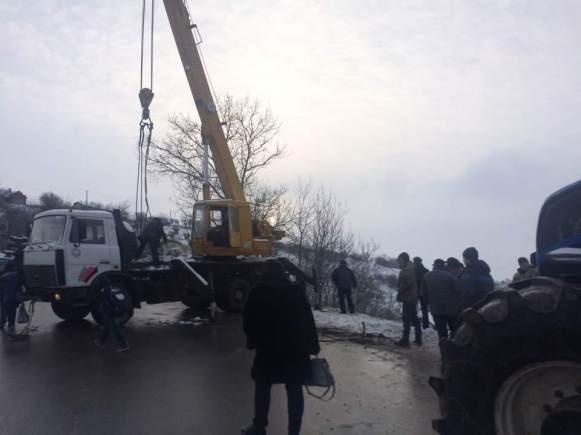 В Чортківському районі автомобіль зірвався у прірву (фото)
