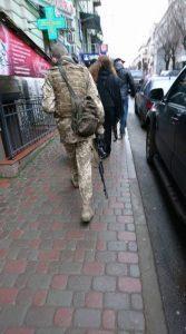 У центрі міста людей налякав чоловік зі зброєю (фото)