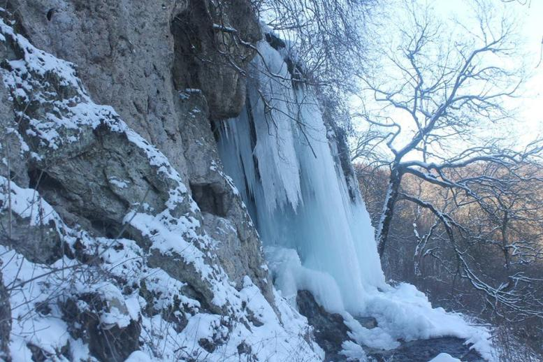 Під кригою опинився Джуринський водоспад (фото)