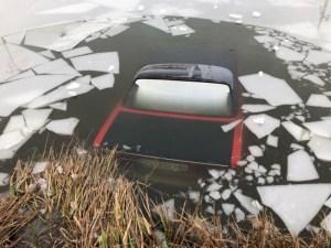 Автомобіль виїхав на кригу і провалився (фото)