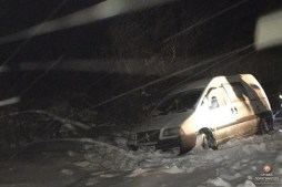Карета «швидкої» та легковий автомобіль вночі злетіли у кювет (фото, відео)