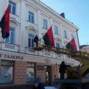 Тернопіль прикрасили чорно-червоними прапорами (фото)