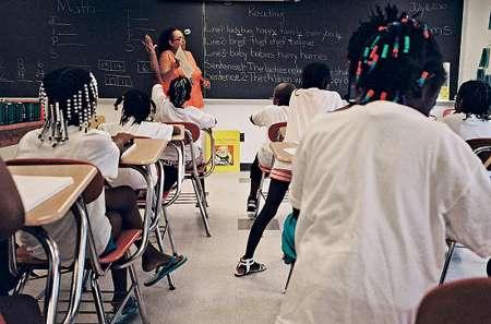 Учительница наступила на чернокожую ученицу на уроке о рабстве в США