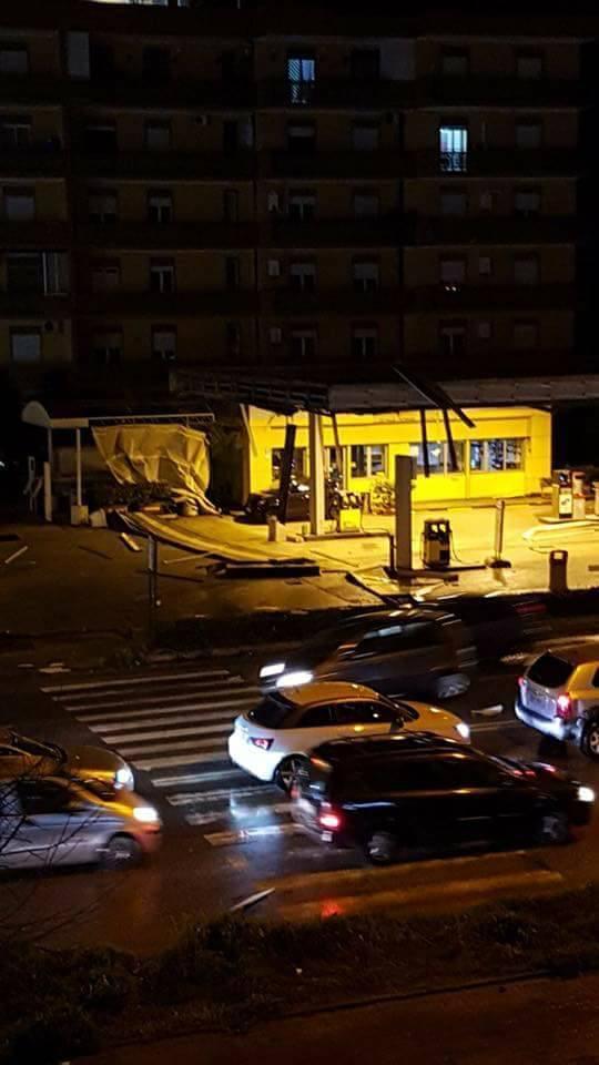 В Італії сильний вітер перекидав автомобілі та зривав дахи. Люди бачили смерч (фото, відео)