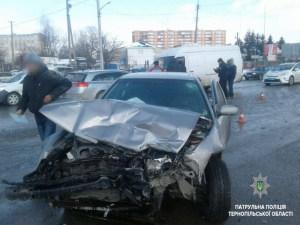 """У Тернополі на """"Дружбі"""" сталася масштабна аварія. Є постраждалі (фото)"""