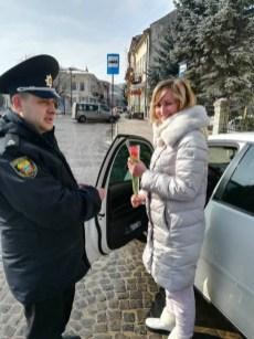 На Тернопільщині жінкам-водіям правоохоронці дарували квіти (фото)