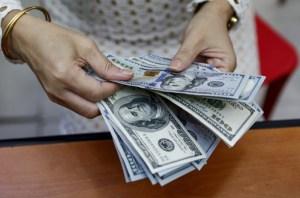 На курс долара в Україні впливають гроші заробітчан