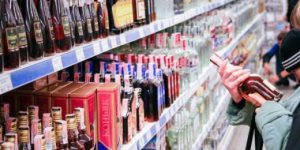 У Кременці хлопець намагався вкрасти дорогий алкоголь