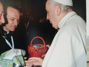 Отець з Тернопільщини передав оригінальний подарунок Папі Римському (ФОТО)