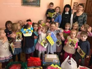 Дітки одного з тернопільських садочків передали гостинці українським солдатам на передову