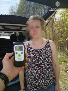 Фото дня: п'яна жінка за кермом переконувала поліцейських, що пила лише пиво