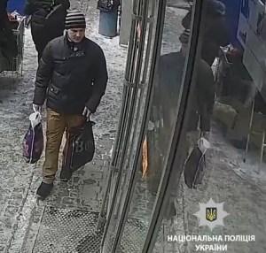 У Тернополі розшукують хлопця, який поцупив в магазині дорогий планшет (ВІДЕО)