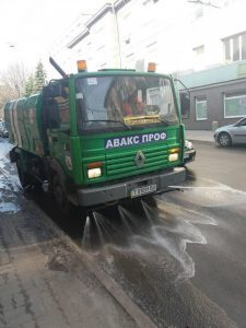 На вулицях Тернополя з'явилася поливальна машина