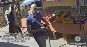 На Тернопільщині розшукують лисого злодія, який на ринку наробив біди (ВІДЕО)