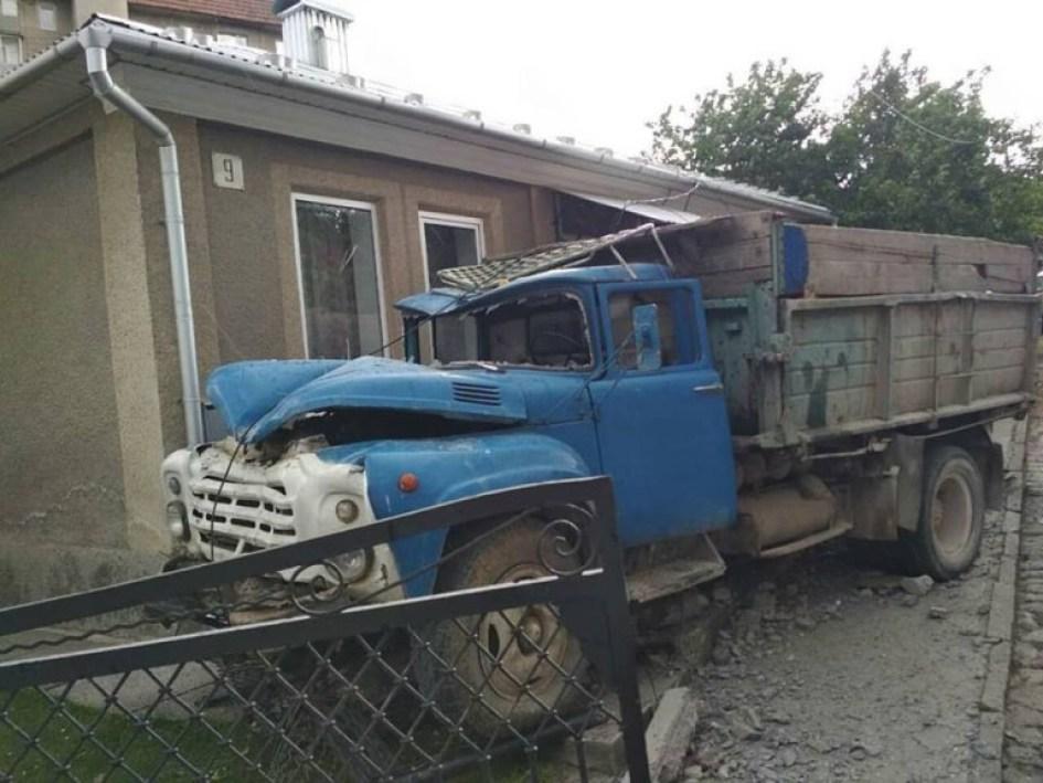 """ДТП на Тернопільщині: вантажівка """"ГАЗ"""" протаранила огорожу (ФОТО)"""