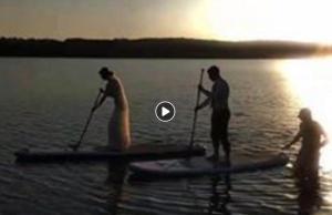 """У Тернополі незвичне весілля: молода у сукні """"пішла у плавання"""" (ВІДЕО)"""