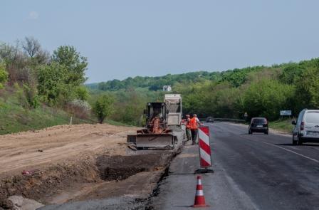 Дорожники Тернопільщини вже уклали 6 км нижнього шару асфальтобетону на дорозі М-12