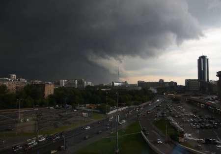 Синоптики предупредили о грозе и сильном ливне вечером в понедельник