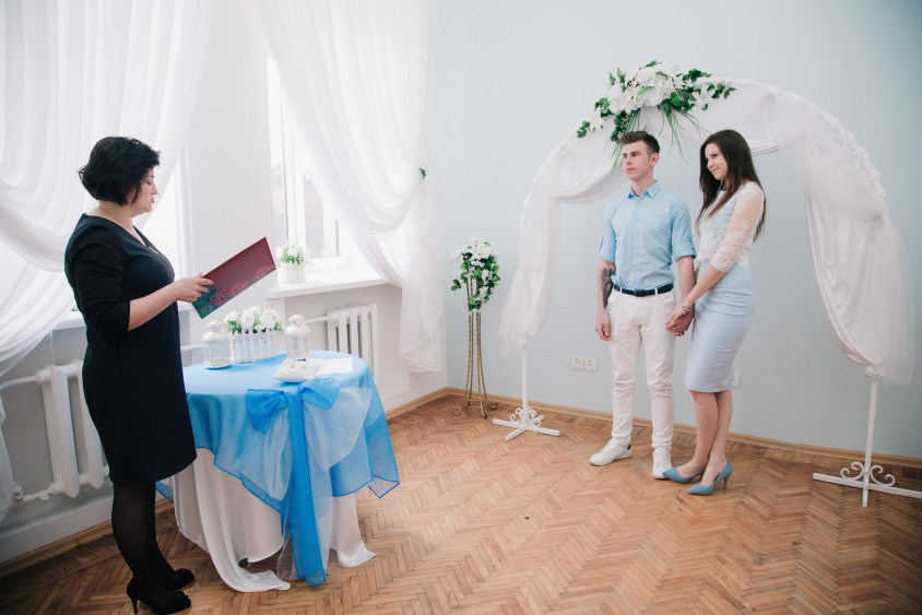 """У Тернополі майже тисяча пар обрали """"Шлюб за добу"""" (ВІДЕО)"""
