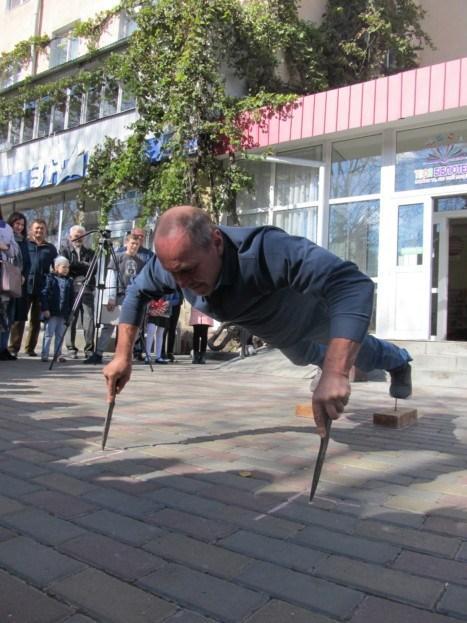 Новий рекорд на Тернопільщині: чоловік віджимавсяна ножах (ФОТО)