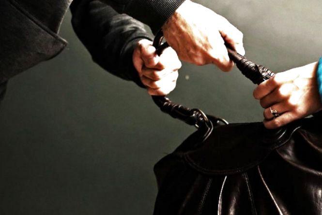 Злодій на вулиці обікрав 25-річну тернополянку