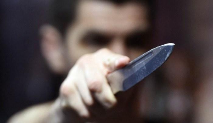 Приставив до шиї ніж з сокирою: на Тернопільщині чоловік погрожував матері та дружині