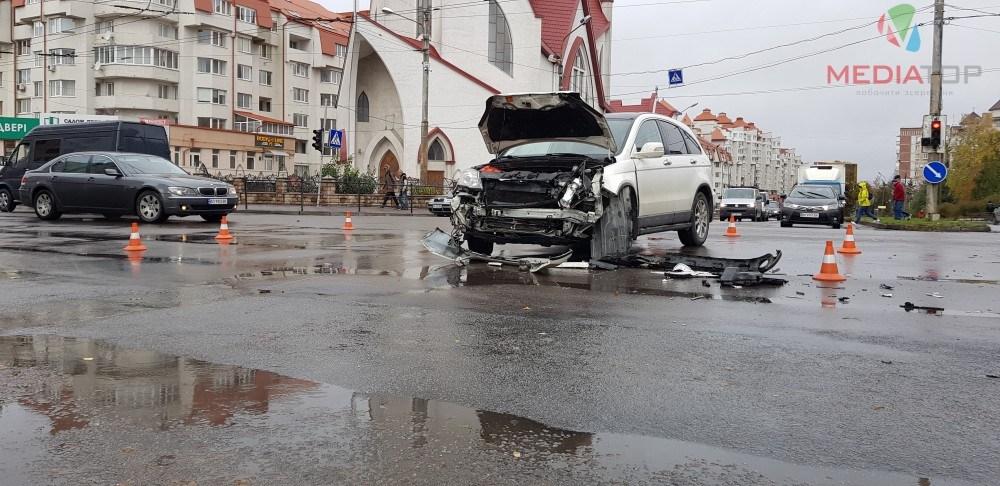 """У Тернополі від удару """"Фольцваген"""" вилетів на тротуар (ВІДЕО)"""