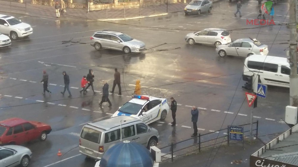 """У Тернополі на перехресті на """"Мерседес"""" впала тролейбусна лінія (ФОТО)"""