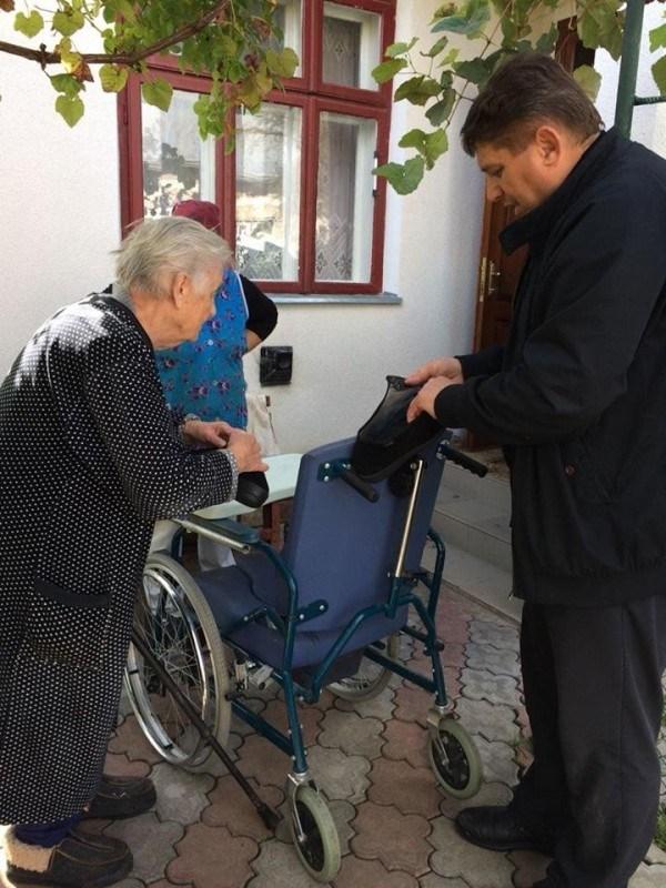 Зворушлива історія: 101-річна мама з Тернопільщини доглядає прикуту до ліжка доньку (ФОТО)