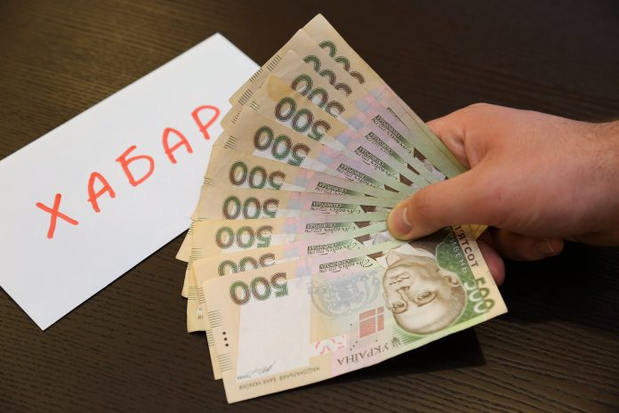 Взяла 100 євро, віддасть 20400 гривень: чиновниця з Тернопільщини, котру спіймали на хабарі, відбулася штрафом