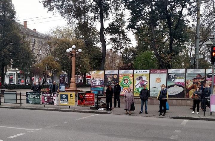 У центрі Тернополя сталося диво – міський депутат зцілив немічного жебрака (ФОТО)