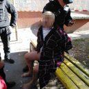 У Тернополі чоловік у халаті з ножем кидався на сім'ю з дитиною, а також пошкодив автомобілі (ФОТО, ВІДЕО)