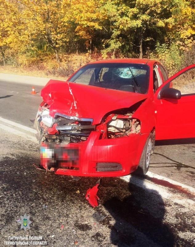 """У Тернополі аварія з потерпілими: """"Chevrolet"""" у """"ГАЗ"""", а """"ГАЗ"""" у пішохода (ФОТО)"""