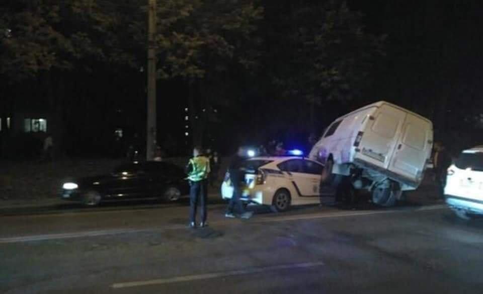 """ДТП у Тернополі: мікроавтобус """"припаркувався"""" на патрульному авто. Є офіційний коментар (ФОТО)"""