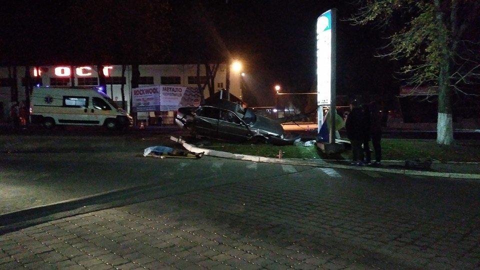 """Смертельна аварія у Тернополі: водій на """"Ауді"""" збив електроопору (ФОТО)"""