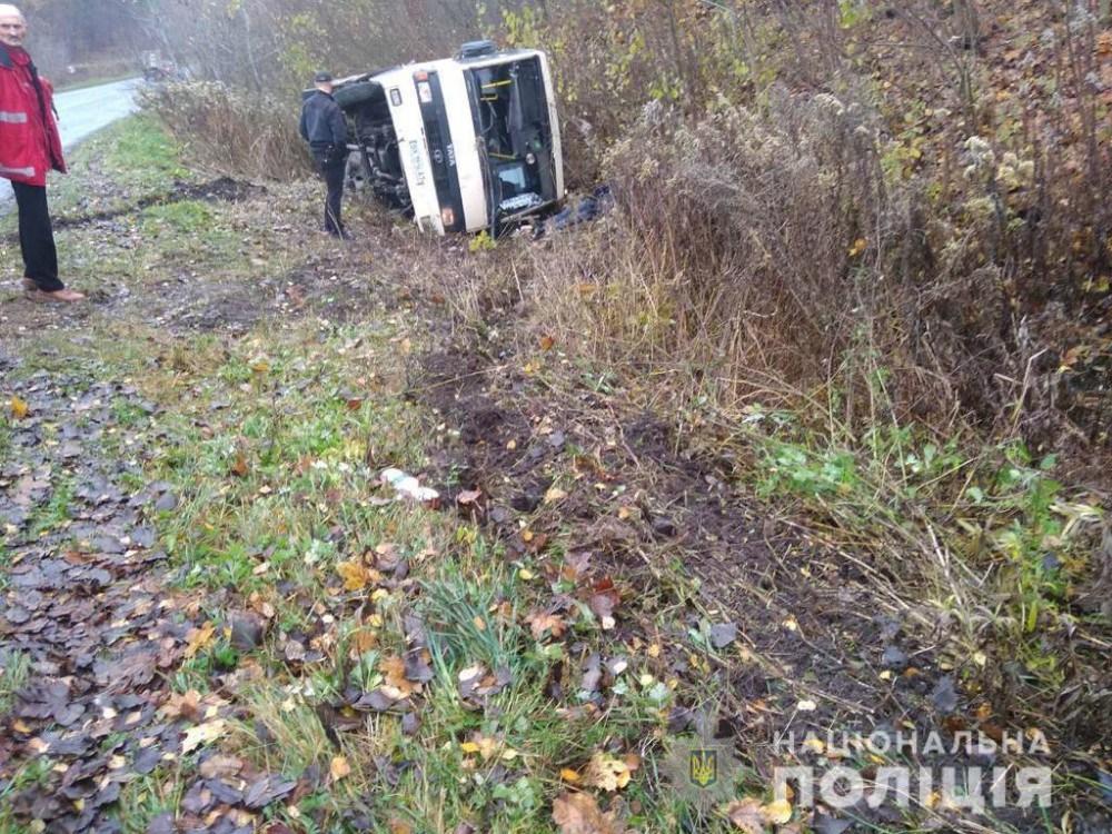 На Тернопільщині в аварію потрапив рейсовий автобус: транспорт перекинувся, водій загинув (ФОТО)