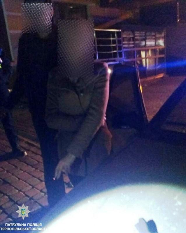 У Тернополі поліція зупинила автівку: водій п'яний, пасажирка зі зброєю (ФОТО)
