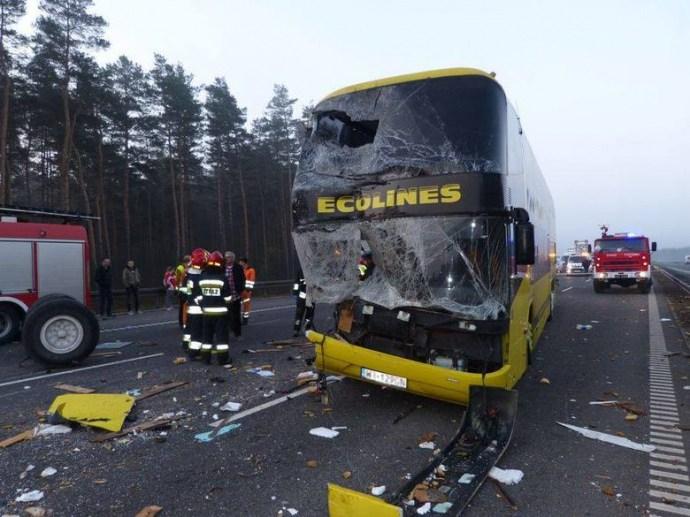 Масштабна аварія у Польщі: зіткнулись чотири автомобілі та автобус з України (ФОТО)