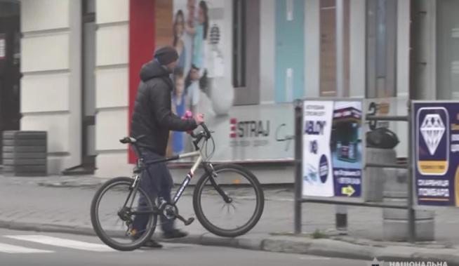 Відео, як іноземець у Тернополі крав велосипеди (ВІДЕО)