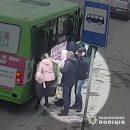У Тернополі злодії попались на камеру. Двоє чоловіків обікрали жінку в маршрутці (ВІДЕО)