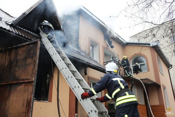 Пожежа у Тернополі: вогонь охопив двоповерховий будинок (ФОТО, ВІДЕО)