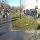 """""""З дитячим візком не проїхати"""": торговці окупували доріжки в парку і заважають перехожим (ФОТО)"""