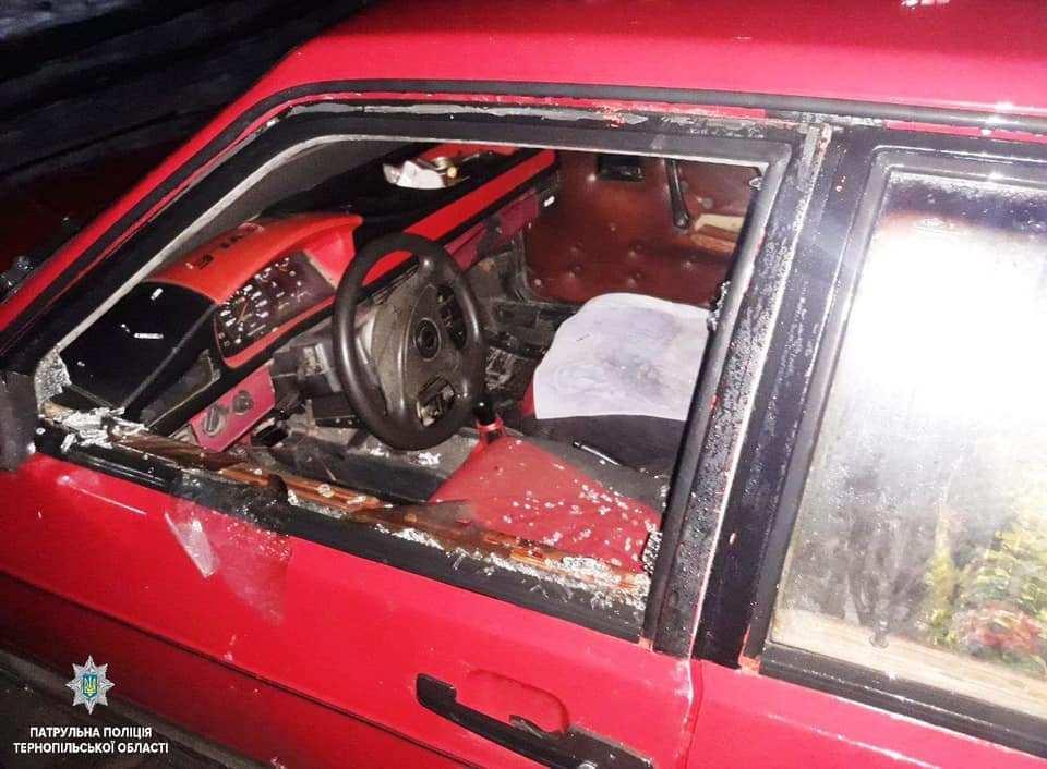 У Тернополі вночі розбили в автівці вікно (ФОТО)