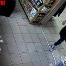 Розшукують чоловіка, який у центрі Тернополя з магазину викрав одяг (ВІДЕО)