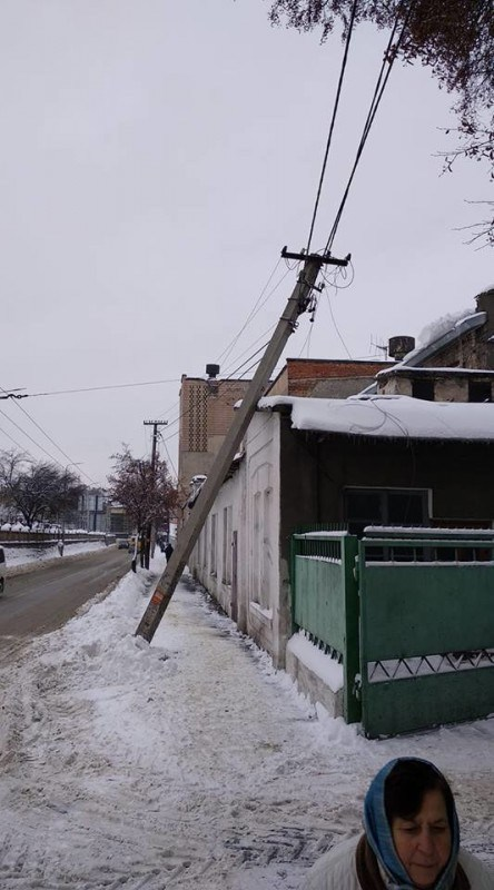 В центрі Тернополя впала електроопора, частина міста може залишитись без світла (ФОТО)
