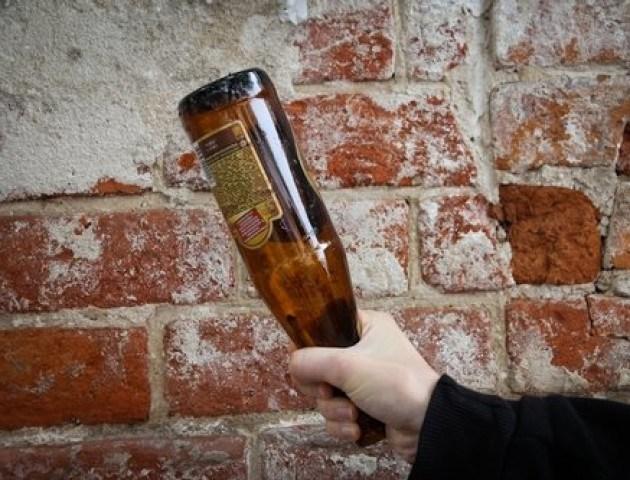 На Тернопільщині у клубі чоловік розбив пляшку і гострим краєм порізав обличчя людині