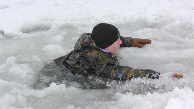 На Тернопільщині молодий чоловік провалився під лід. Люди самі його рятували
